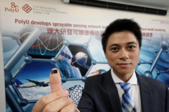Нанокомпозитные датчики, разработанные профессором Су Чжунцином из Политехнического факультета PolyU, могут распыляться непосредственно на плоские или изогнутые инженерные сооружения